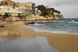 Überfüllter Strand Cala Major in Palma geräumt