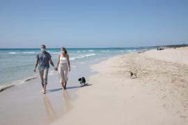 Masken müssen auf Mallorca nun doch nicht am Strand getragen werden
