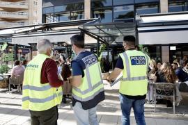 Polizisten starten massive Regelkontrollen auf Barterrassen und in Hotels auf Mallorca