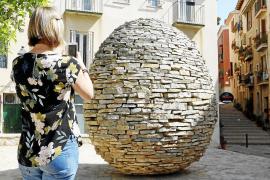 Die Ei-Skulptur befindet sich etwas versteckt in der Nähe des Kunstmuseums Es Baluard.