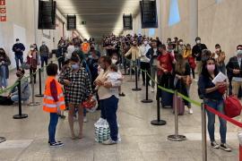 Erneut lange Schlange vor Gesundheitskontrolle im Airport von Mallorca