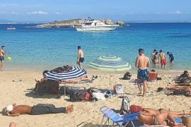 Ausflugsboot nähert sich verbotenerweise Traumcala Comtessa