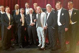 """Etablierte Location im Zentrum der Hauptstadt: Im Jahr 2017 konnte Christof Blaesius (weißes Jackett) einige Weltstars auf der Bühne seines """"Ballhaus Berlin"""" begrüßen. Der US-Sender NBC drehte dort für die Reality-Travelshow """"Better late than never"""". Mit"""