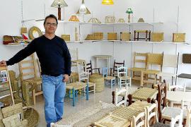 Guillem Montserrat pflegt in seiner Freizeit die alte Tradition des Stuhlflechtens.