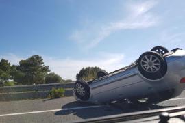 Fahrzeug überschlägt sich auf Llucmajor-Autobahn
