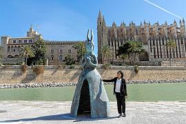 Die Künstlerin und ihr Werk: Leiko Ikemura neben der Bronzeskulptur Usagi Kannon in Palmas Parc de la Mar.