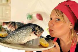Fischgerichte werden liebevoll angerichtet.