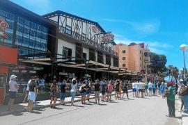 Wiedereröffnung am Donnerstag vergangener Woche: Vor dem Bierkönig bildete sich eine Schlange.