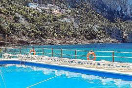 Das Schöne am Beachclub Gran Folies in Cala Llamp ist die landschaftlich spektakuläre Lage mit Blick auf das tiefblaue Meer.
