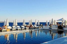 Das Markenzeichen des Shiva-Beachclubs sind Kissen, auf die man sich am Poolrand und im Becken betten kann.