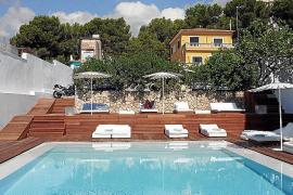 Im Zhero-Beachclub laden futuristische Liegen am Pool zum Verweilen ein.