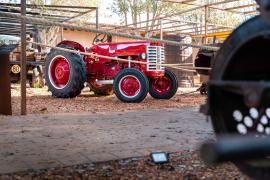 Noch heute fährt der 77-Jährige Weingutgründer gerne mit seinem Traktor durch die Reben.