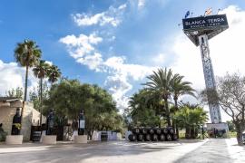 Schon von Weitem zu sehen: Der neue Turm mit Hinweis auf das Museum der Bodega.