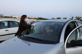 Nicht wenige der Besucher haben sich am ersten Abend vor Beginn des Films noch an der Windschutzscheibe ihres Fahrzeugs zu schaffen gemacht.