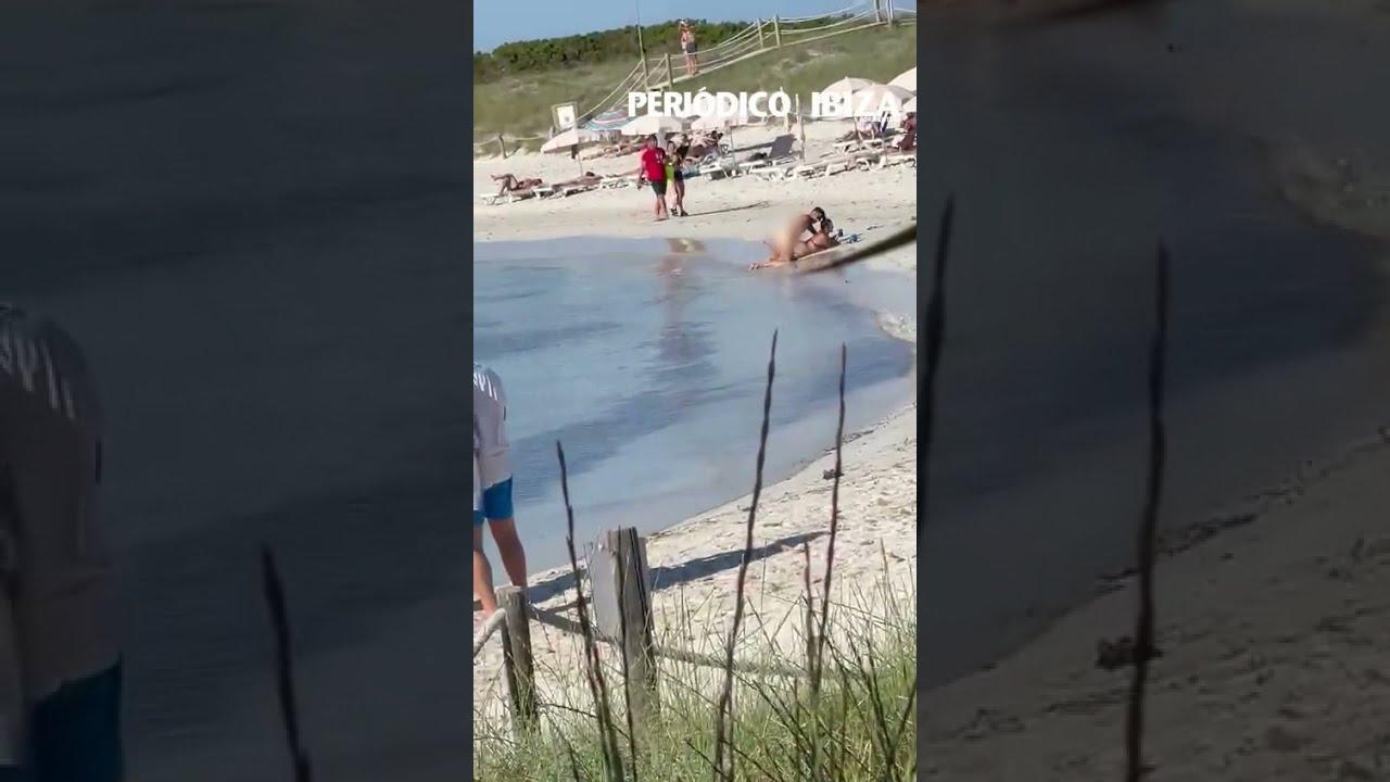 Paar praktiziert vor aller Augen Sex an Strand auf Formentera