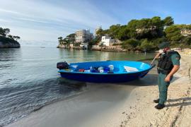Flüchtlingsboot in der Nähe des Yachthafens Port Adriano entdeckt