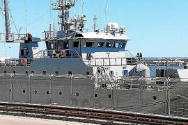 Zwei Kriegsschiffe machen im Hafen von Palma fest