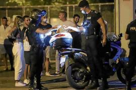 Polizisten verfolgen feiernde und trinkende Jugendliche durch Palma