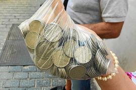 Peseten-Umtausch: Lange Schlange vor spanischer Staatsbankfiliale in Palma