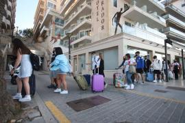 Corona-Ausbruch: Festgehaltene negativ getestete Schüler verlassen nach Urteil Mallorca