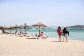Mehr Liegen und Sonnenschirme am Strand von Alcúdia geplant
