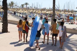 Tourist wirft an der Playa de Palma Möbel von Hotelbalkon
