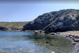 Halber Männer-Torso auf Felsen in Cala auf Menorca gespült