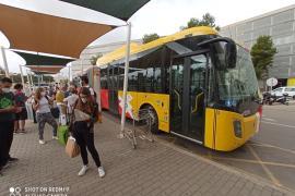 Aerotib-Bus vor dem Flughafen-Hauptgebäude.