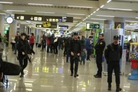 Archivbild von Polizisten auf dem Flughafen von Mallorca. Acht identifizierte Schläger entwischten der Nationalpolizei nur knapp.