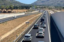 Ende der Autobahn, Anfang vom Stau: Lange Schlangen auf der Straße nach Alcúdia.