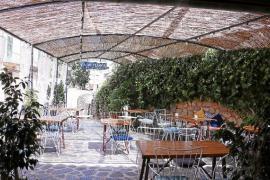 Das Café Sa Fonda veranstaltet Kunsthandwerkermärkte.