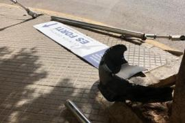 Unfallfahrer verpasst Straßencafé nur knapp - und flüchtet
