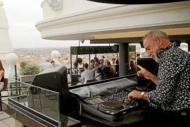 Dieser schwerreiche Hotel-Tycoon betätigt sich auch als DJ