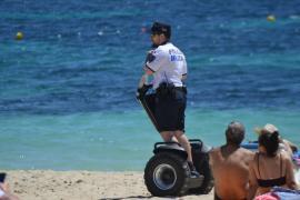 Polizisten fahren in Peguera mit Segways am Strand entlang