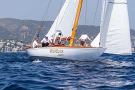 Regatta mit Segel-Oldtimern im Meer vor Mallorca