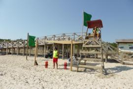 Strand in Peguera nach Algenplage wieder geöffnet