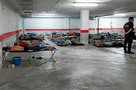 Flüchtlinge werden nach ihrer Ankunft in Parkhäusern erstversorgt