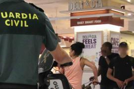 Strandschirme abgefackelt: Festnahme unmittelbar vor Rückflug