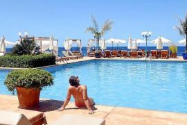 Im Mhares Sea Club muss man nicht Angst davor haben, dass sich ungezogene Kinder neben einem in den Pool werfen.