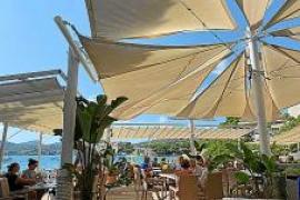 Die Segel auf der Terrasse bieten Schatten, lassen Luft durch und erlauben trotzdem den blauen Himmel zu sehen.