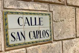 Auf Castellano wird aus dem Carrer Sant Carles die Calle San Carlos.