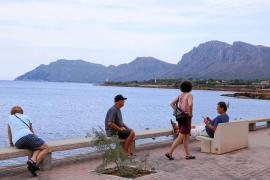 An der Promenade bieten sich Panoramablicke auf steil ins Meer abfallende Berge.