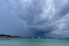 Am Himmel bilden die Wolken immer wieder bedrohliche Formationen.
