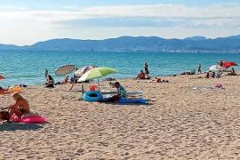 Das Wasser ist weiter warm, die Sonne weiter relativ stark und der Sand weiter heiß.