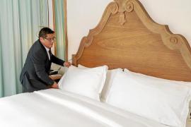 Der Mann, der als Hausdame in einem Luxushotel auf Mallorca arbeitet