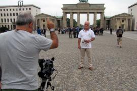 Carlo Trobisch als langjähriger MM-Leser am Brandenburger Tor