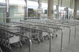 Passagiere finden derzeit im Flughafen von Mallorca kaum Gepäckwagen