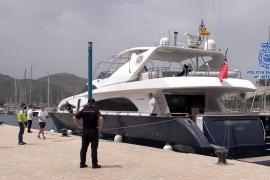 Polizisten beschlagnahmen Luxusyacht nach Abfahrt von den Balearen