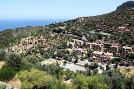 Mann schneidet sich auf Mallorca Knie mit Kettensäge auf
