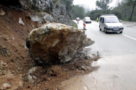 Fels stürzt auf Landstraße